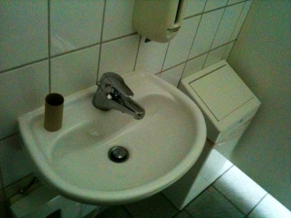 Toilettenpapierrollenpappkernstriptease